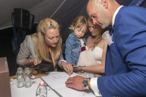 Bruidsmeisje Lena gaf haar toestemming voor het huwelijk met haar vingerafdrukje op de liefdesakte